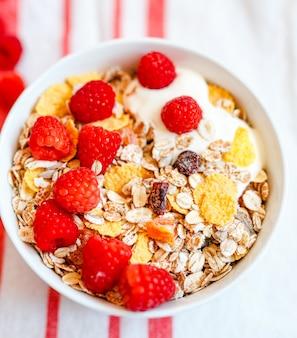 Granola fresca, muesli con yogurt y bayas