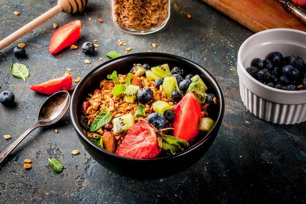 Granola con nueces, bayas frescas y frutas