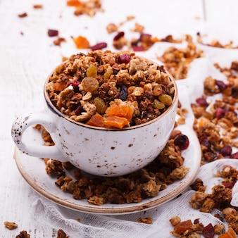 Granola de varios tipos de cereales con nueces, miel