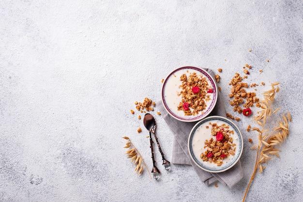 Granola con yogur y frambuesas secas.