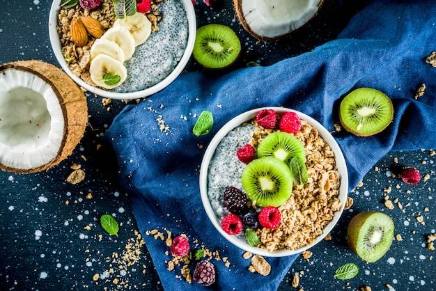 Granola con yogur de semillas de chia, fruta fresca y bayas