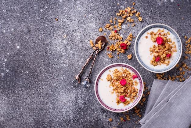 Granola con yogurt y frambuesas secas