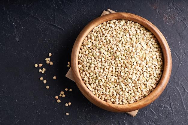 Grañones, trigo sarraceno verde, cereales, granos en cuencos de madera.