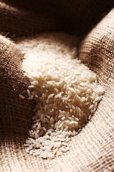 Granos de arroz blanco sobre tela de saco
