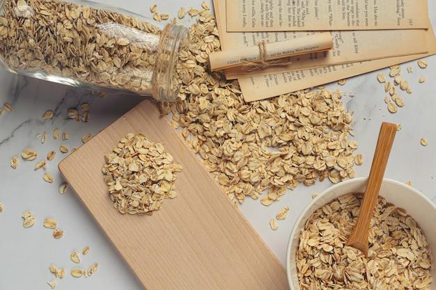 Granos de avena y carretes de trigo en contenedores