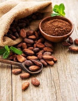 Granos de cacao crudo y cacao en polvo