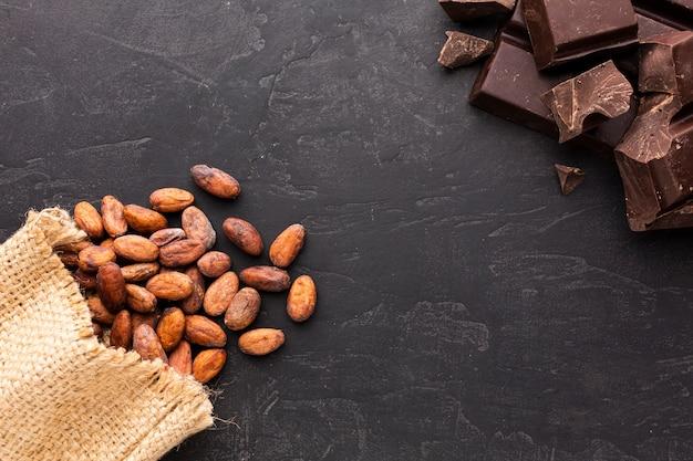 Granos de cacao crudos en plano
