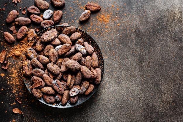 Granos de cacao en primer plano de la placa