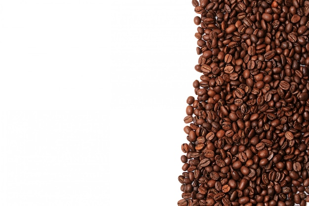 Los granos de café aislados en el borde de la esquina de fondo blanco un lugar para el texto publicitario
