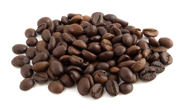 Granos de café aislados sobre fondo blanco cerrar