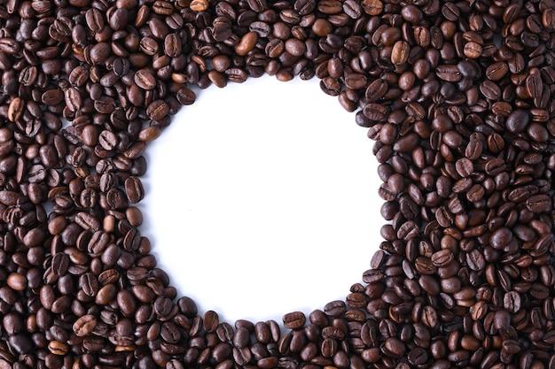 Granos de café aislados sobre fondo blanco.