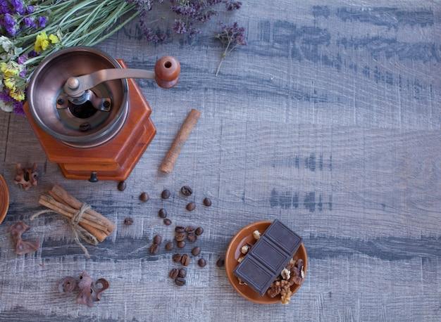 Granos de café y antiguo molino de café