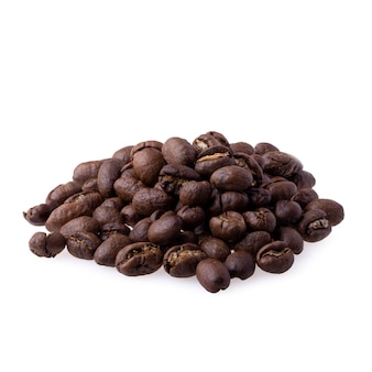 Granos de café arábica tostados para hacer café recién hecho aislado