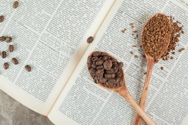 Granos de café y café molido en libro abierto