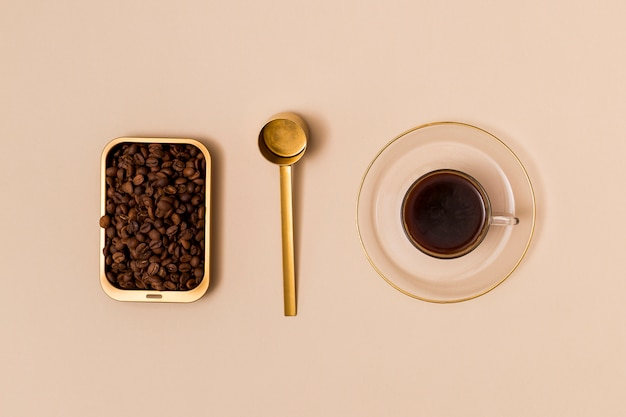 Granos de café y café negro