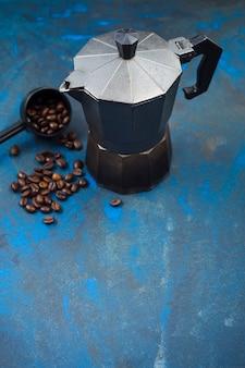 Granos de café y cafetera
