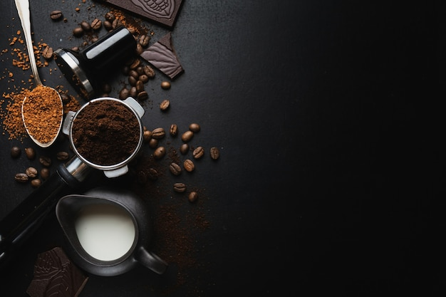 Granos de café, chocolate y café expreso.