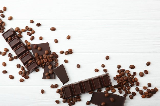 Granos de café y chocolate en la mesa