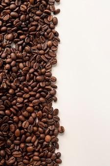 Granos de café contrastados con fondo blanco.