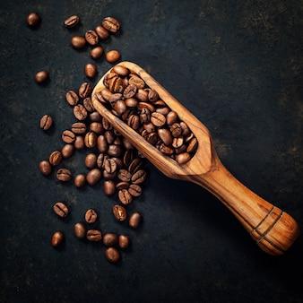 Granos de café y una cuchara de madera vieja
