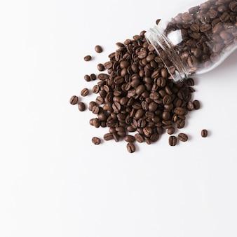 Granos de café derramados del frasco
