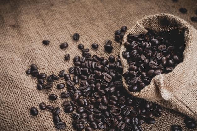 Granos de café derramados del saco