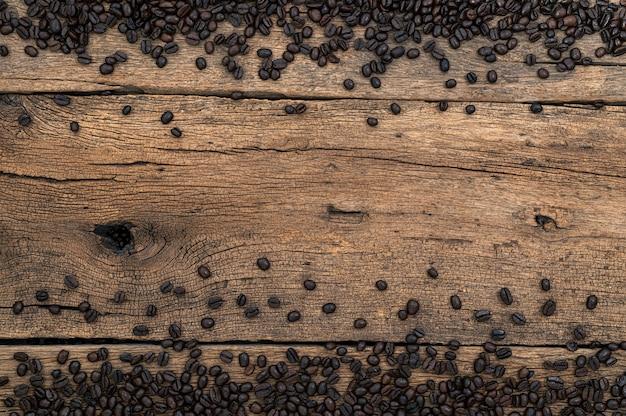 Granos de café en el escritorio