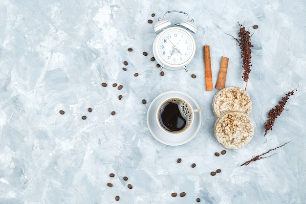 Granos de café y especias sobre fondo grunge