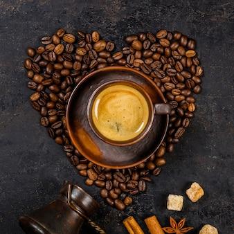 Granos de café en forma de corazón y espresso