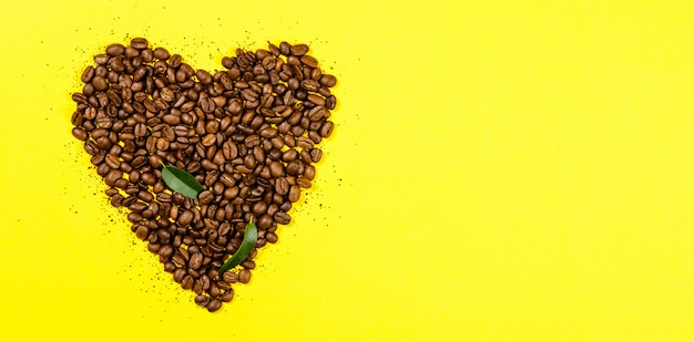 Granos de café en forma de corazón