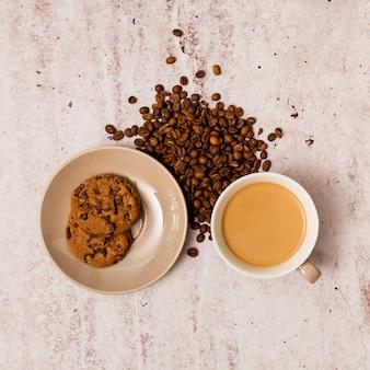 Granos de café, galletas y taza de café