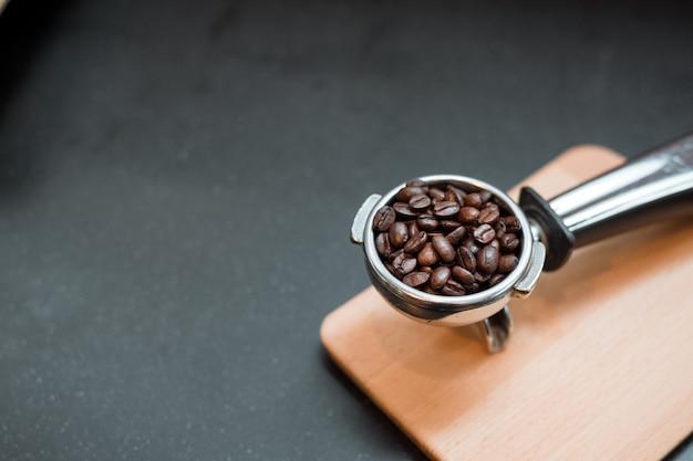 Los granos de café en el manipulador de café.