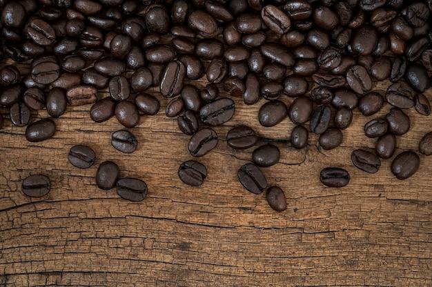 Granos de café en la mesa de madera