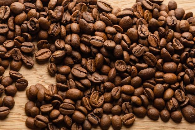 Granos de café en una mesa de madera