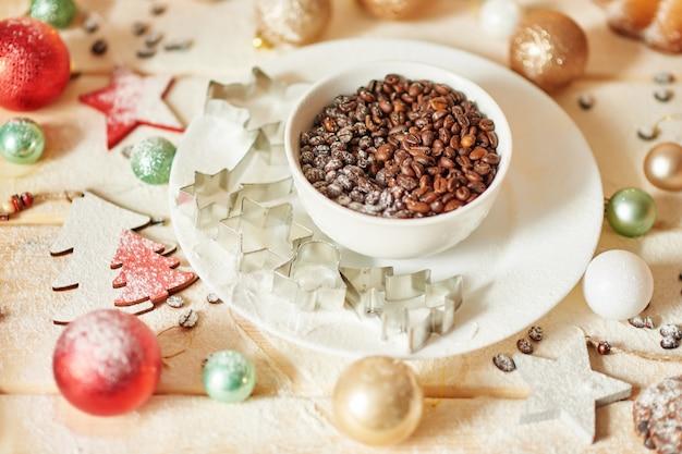 Granos de café en la mesa de navidad