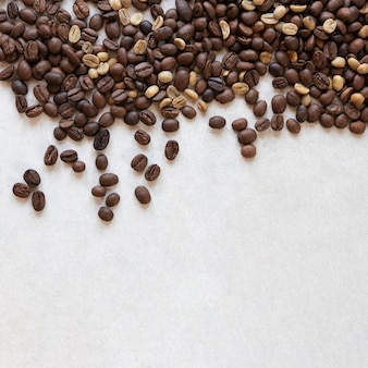 Granos de café en la mesa