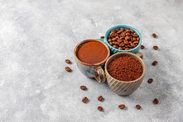Granos de café y polvo molido.
