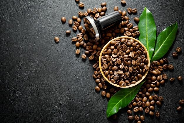 Granos de café con puntales para hacer café.