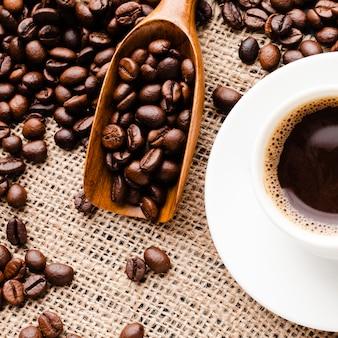 Granos de café recién tostados de primer plano
