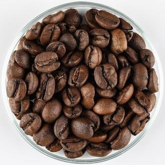 Granos de café en un recipiente de vidrio