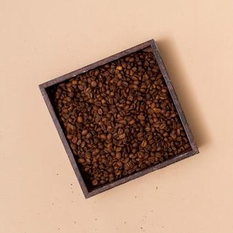 Granos de café en un recipiente