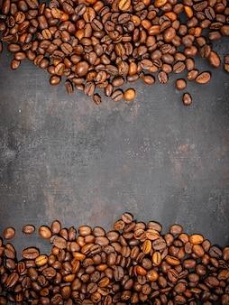 Granos de café en rústico antiguo.