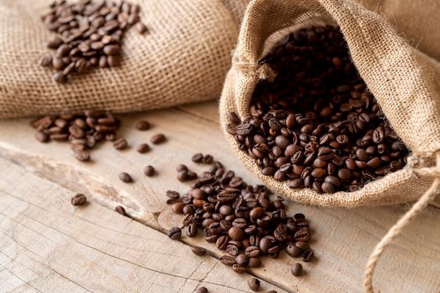 Granos de café en saco de arpillera alta vista
