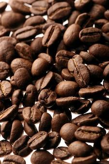 Granos de café sobre fondo blanco.
