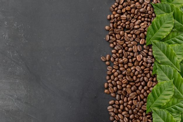 Granos de café sobre fondo negro