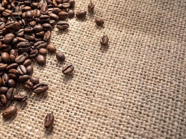 Granos de café sobre fondo de textura de lino