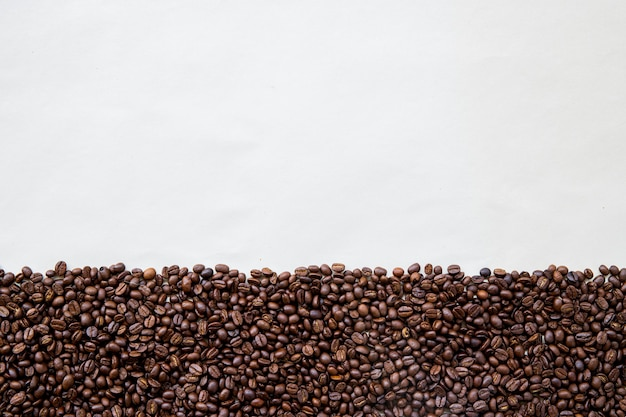 Granos de café sobre papel blanco