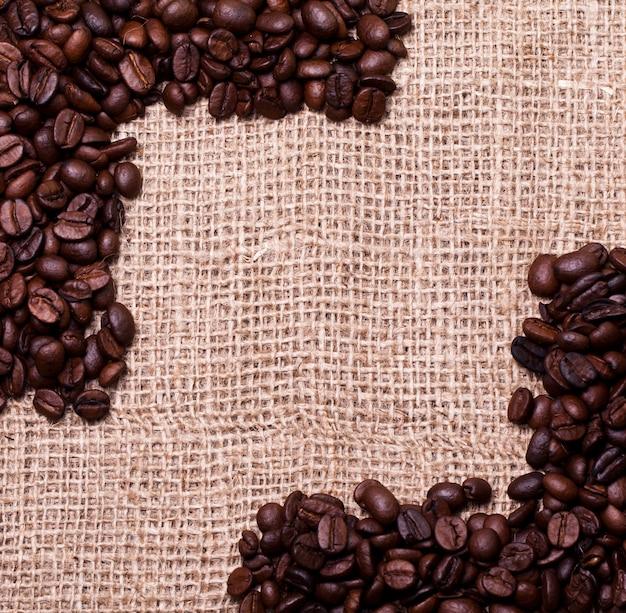 Granos de café sobre saco de tela
