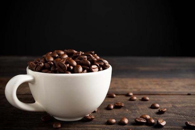 Granos de café y taza de café.