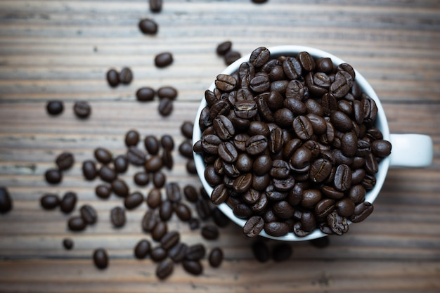 Granos de café en la taza de café.